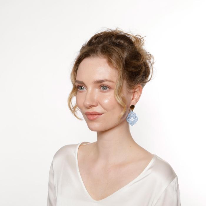 Ohrringe Horn in Blau mit geschnitzter Feur de lis von Romy North