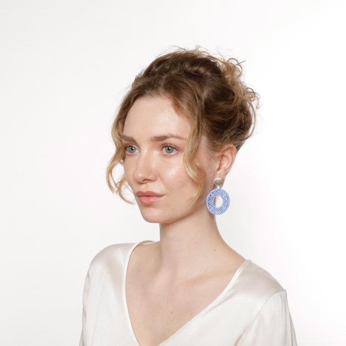 Ohrschmuck in Blau aus Horn mit Ornamente und mit matte Silberstecker von Romy North