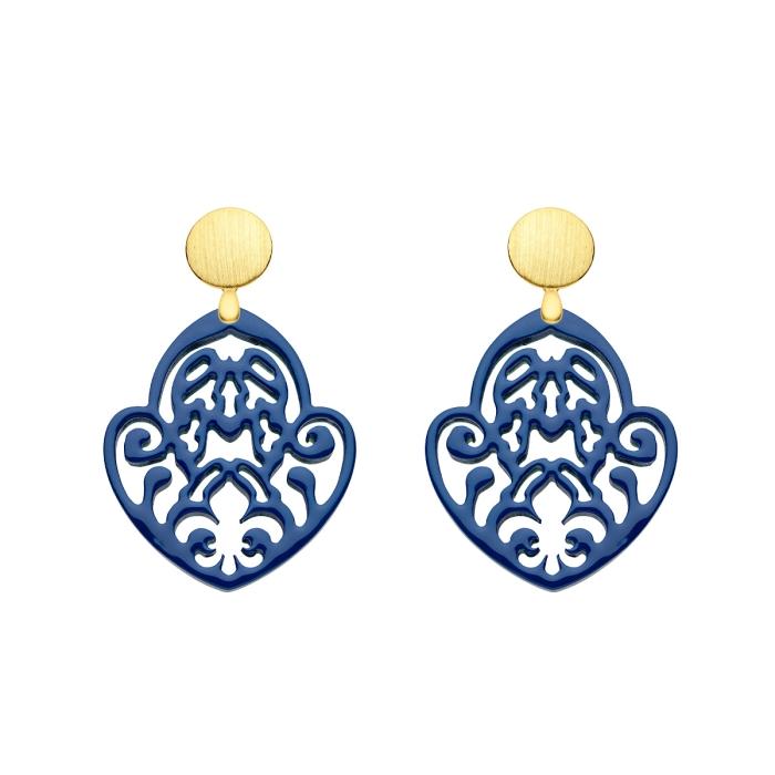 Blaue Ohrringe mit feiner Schnitzerei aus Horn mit matte Goldstecker von Romy North
