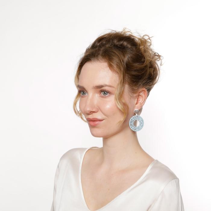 Runde Ohrringe in Hellblau aus Horn mit matte Silberstecker von Romy North